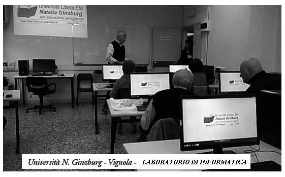 Laboratorio di informatica con allievi al lavoro